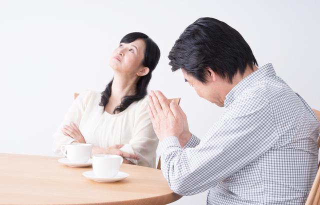 離婚の話し合いをする夫婦